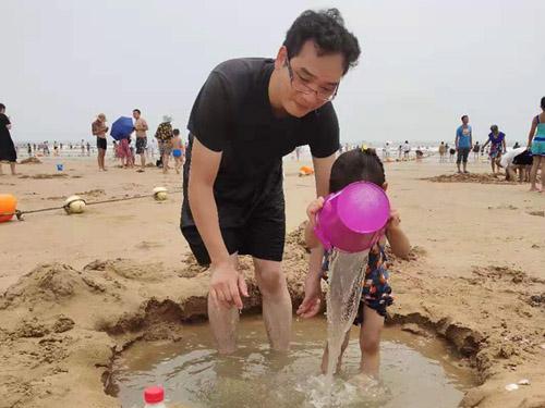 父女海边玩